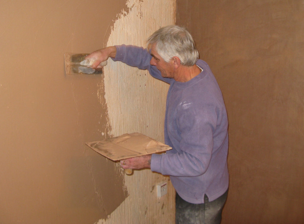 Plasterer_at_work_on_a_wall_arp